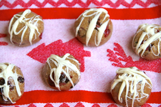 no bake holiday cookie energy bites .