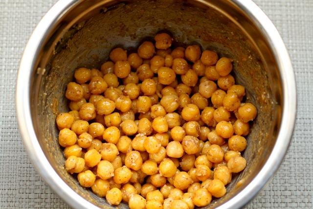 Honey Almond Roasted Chickpeas || runningwithspoons.com