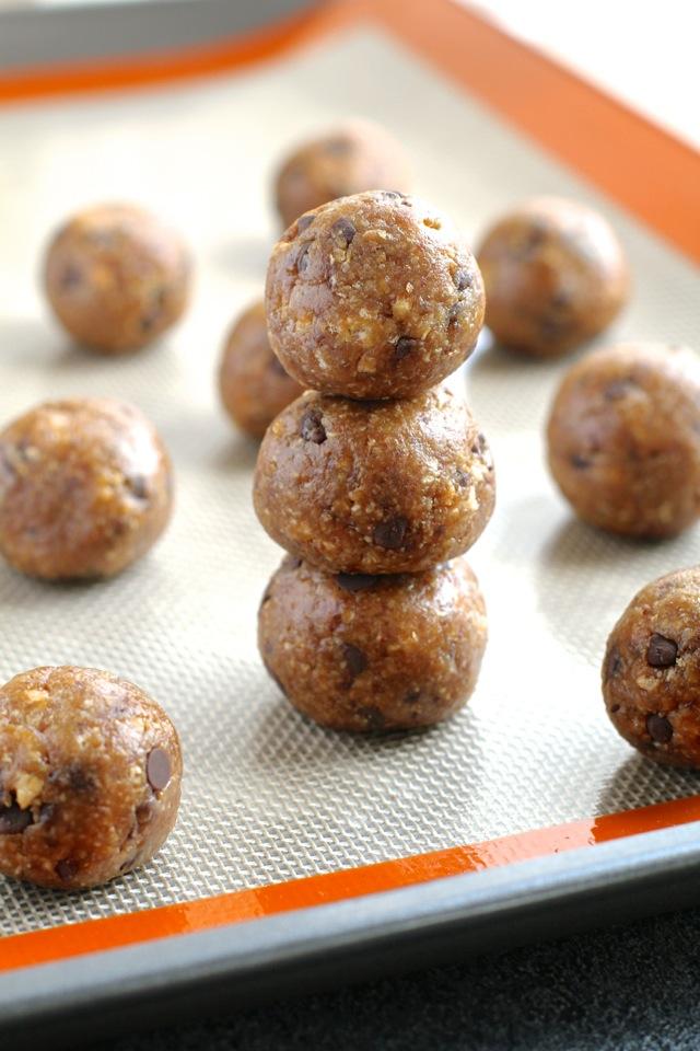 Chocolate Chip Oatmeal Date Balls -- #glutenfree #dairyfree #sugarfree #healthy #snack || runningwithspoons.com