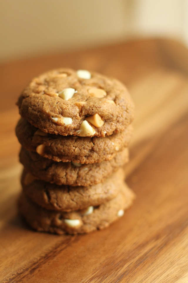 Flourless Almond Butter Cookies - 1 bowl, 5 simple ingredients, and no flour or butter!! | runningwithspoons.com #recipe #healthy