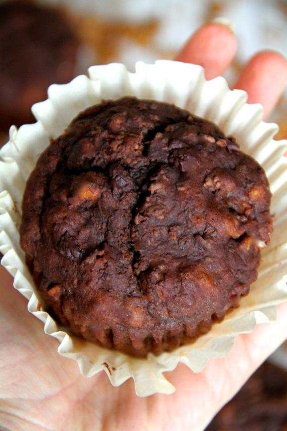 Chocolate Banana Granola Muffins || runningwithspoons.com
