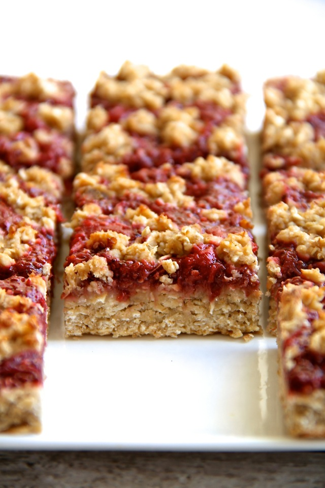 Strawberry Banana Oat Bars -- you'd never believe that these soft and ...