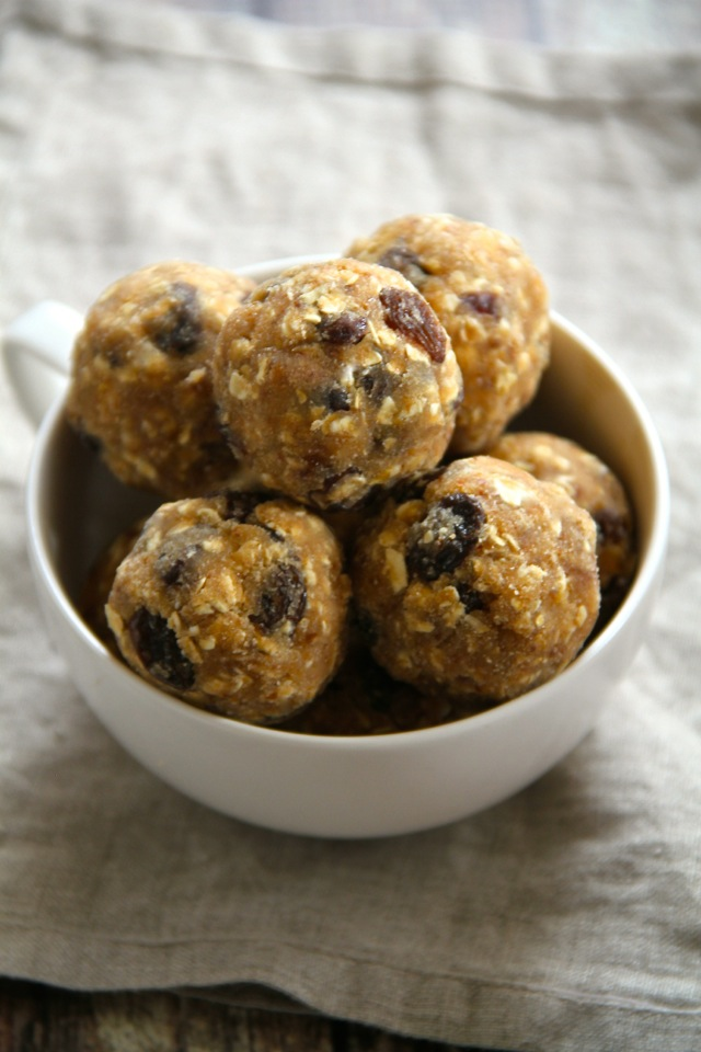 No Bake Oatmeal Raisin Cookie Dough Bites -- soft, chewy, and easy to make, these naturally gluten-free and vegan bites make a healthy and delicious snack for any time of the day || runningwithspoons.com #snack #vegan #bites