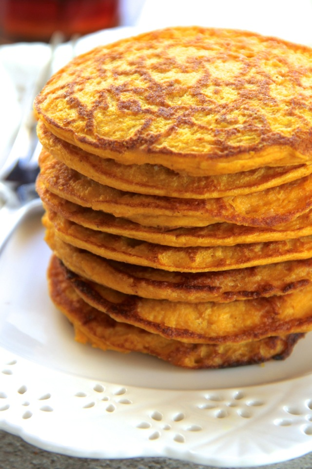 Pumpkin Spice Greek Yogurt Pancakes -- light, fluffy, and made in the ...