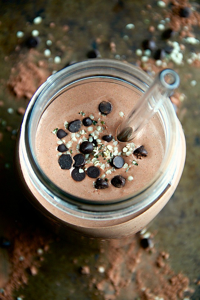 This healthy Chocolate Hemp Overnight Oatmeal Smoothie tastes just like melted chocolate ice cream and packs an impressive 15 g of plant-based protein while meeting the minimum RDA for omega-3s!   runningwithspoons.com #vegan #glutenfree #recipe