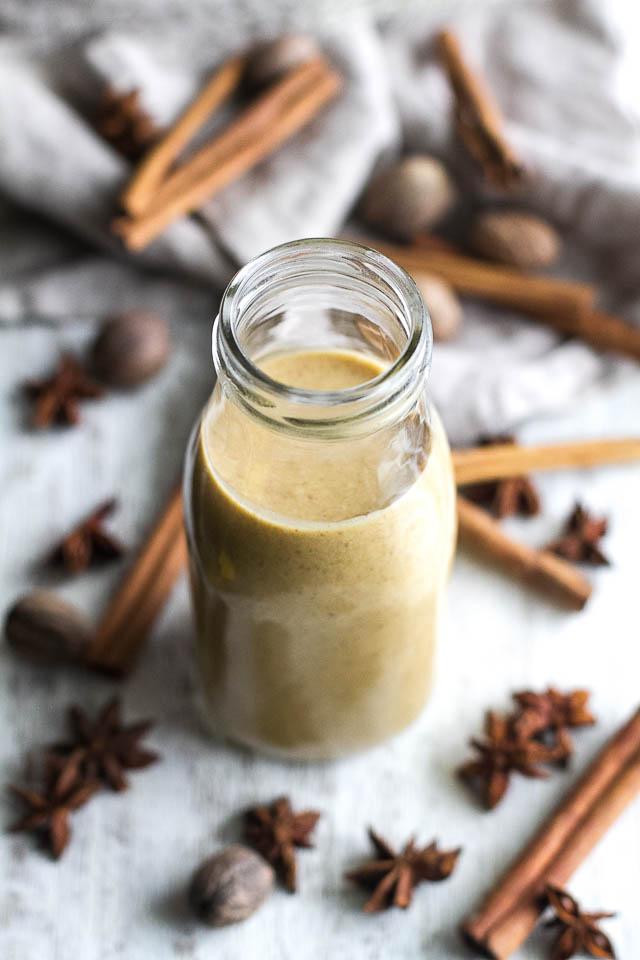 Эти естественно подслащенные сливки для кофе с тыквенными специями, не содержащие молочных продуктов, являются здоровой альтернативой покупным сливкам! Это веганский, палеодружественный, без сахара-рафинада и УДИВИТЕЛЬНЫЙ вкус! | runningwithspoons.com