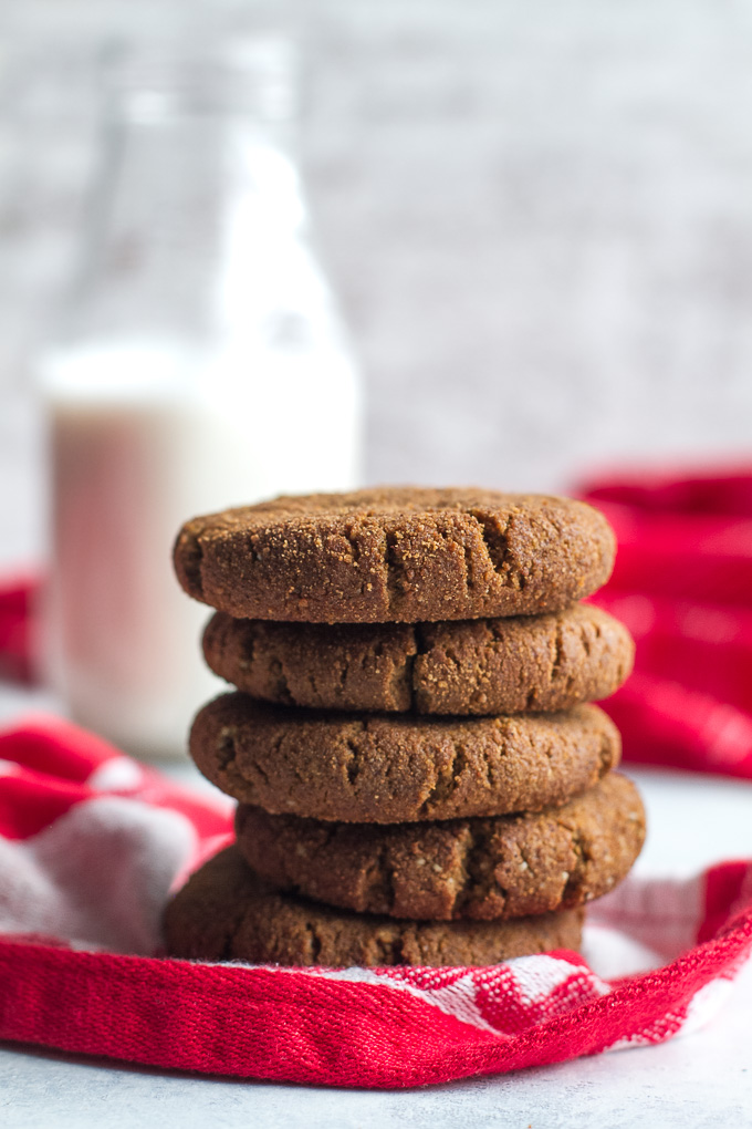 Flourless gingerbread cookies that are soft, chewy, and super easy to make with only ONE BOWL and a handful of healthy ingredients {paleo, gluten-free, refined-sugar-free} | runningwithspoons.com