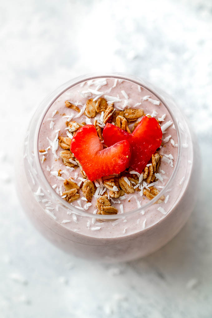 This Strawberry Banana Oat Breakfast Smoothie is guaranteed to keep you satisfied all morning with 20 grams of whole food protein and a good balance of healthy carbs and fats | runningwithspoons.com